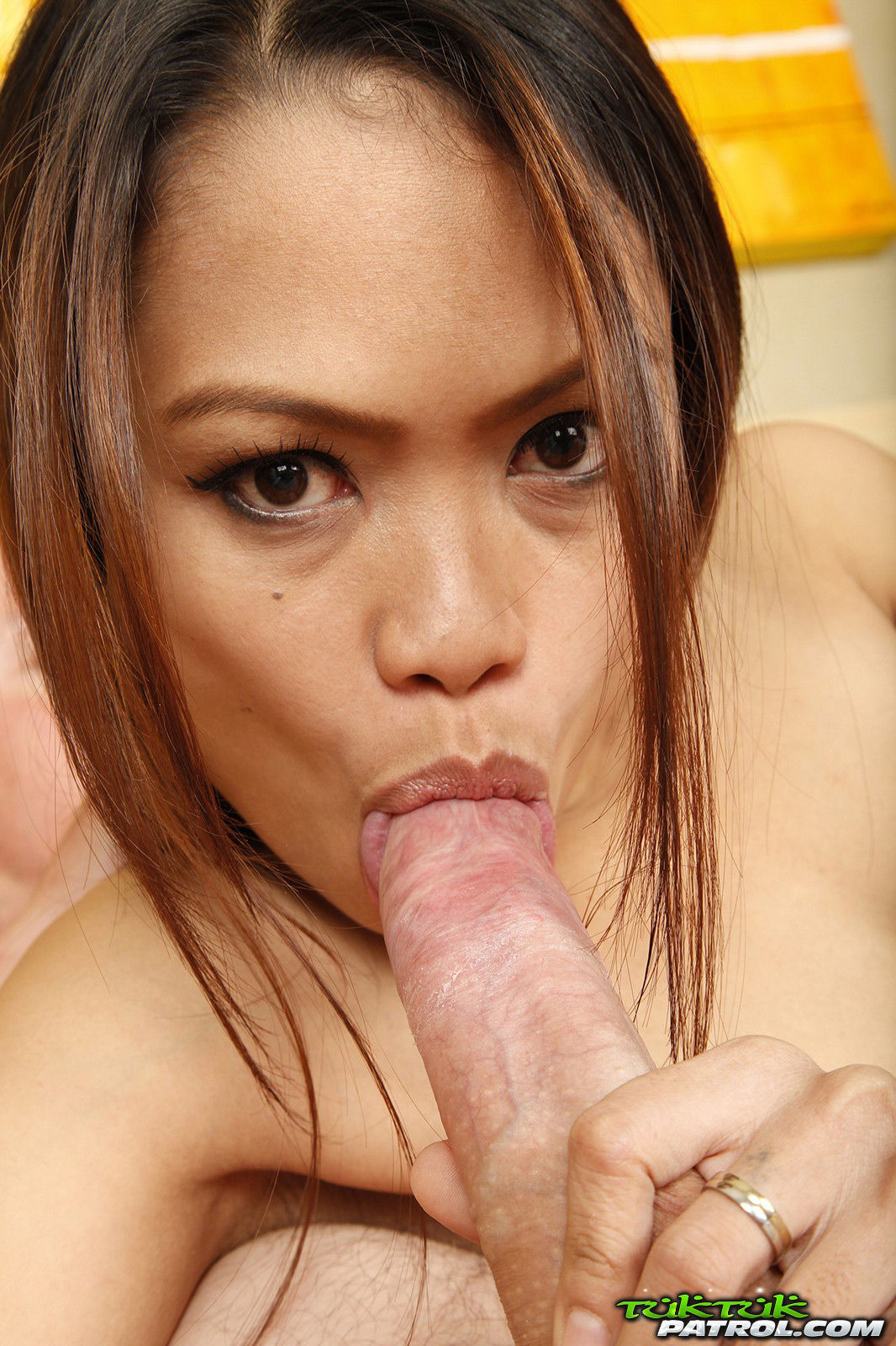 Asian does blowjob with happy ending