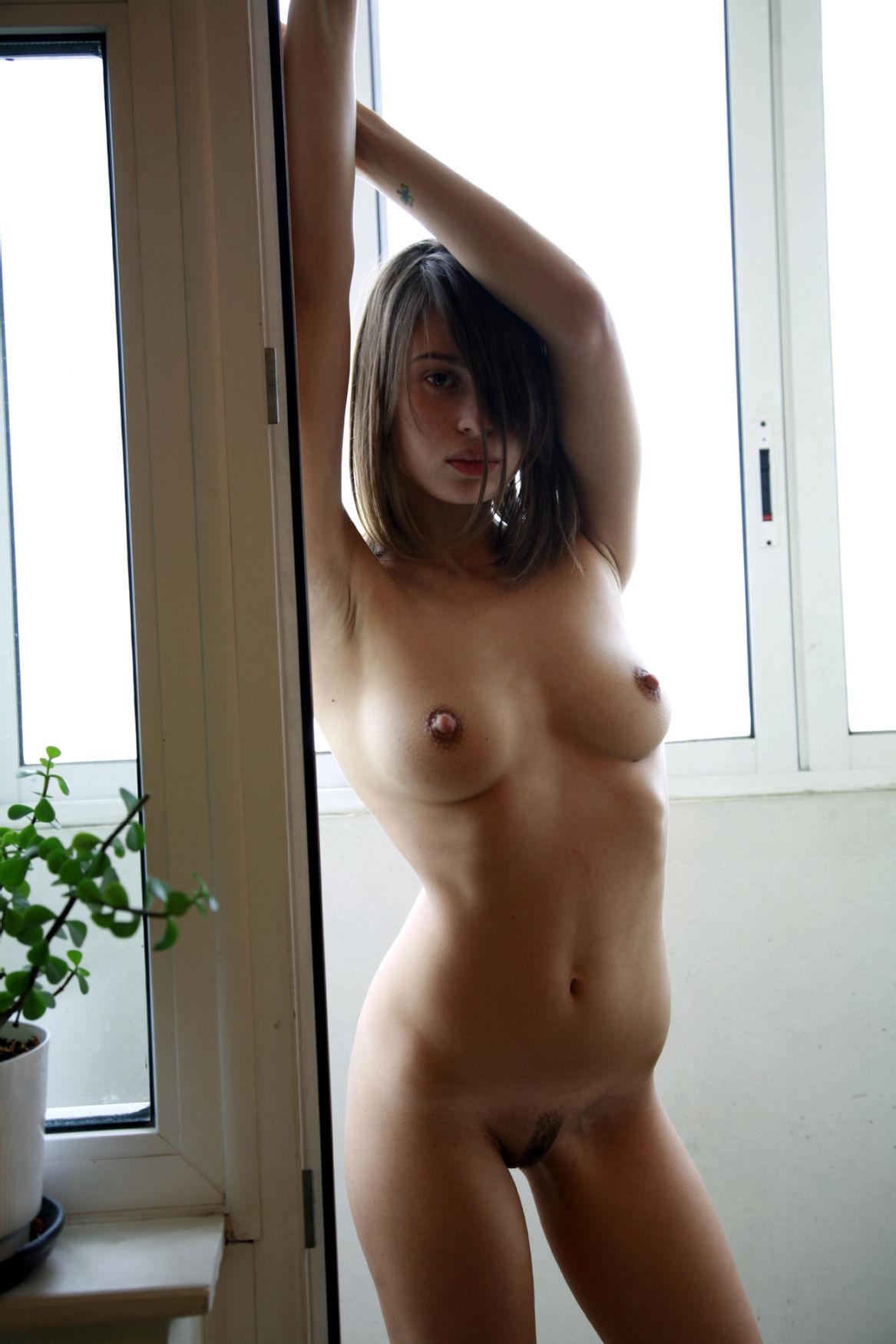 Morena jovencita posando para la camara con su precioso cuerpo