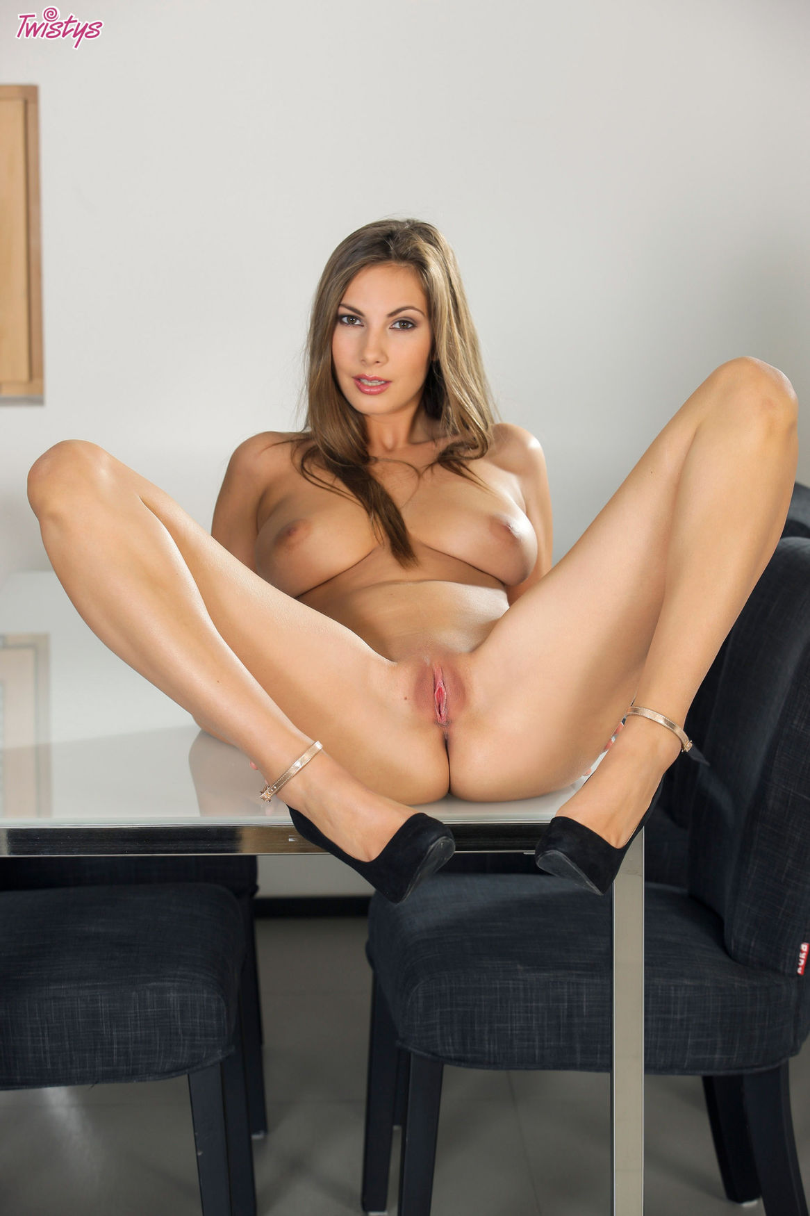 Morena MILF mostrando su precioso pussy encima de la mesa.