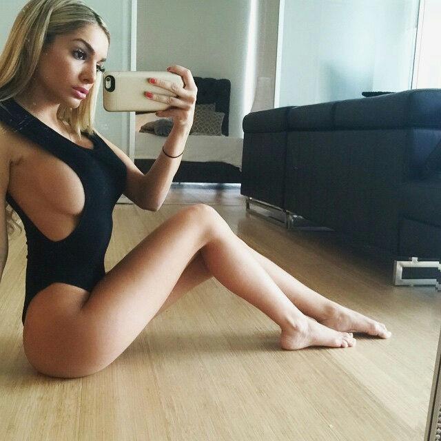 Nice side boob..