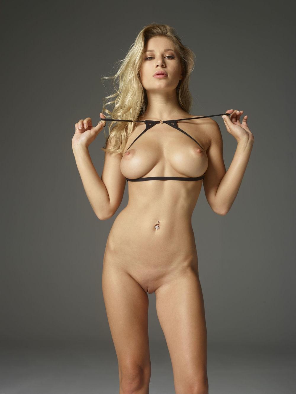Rubia muy caliente desnuda