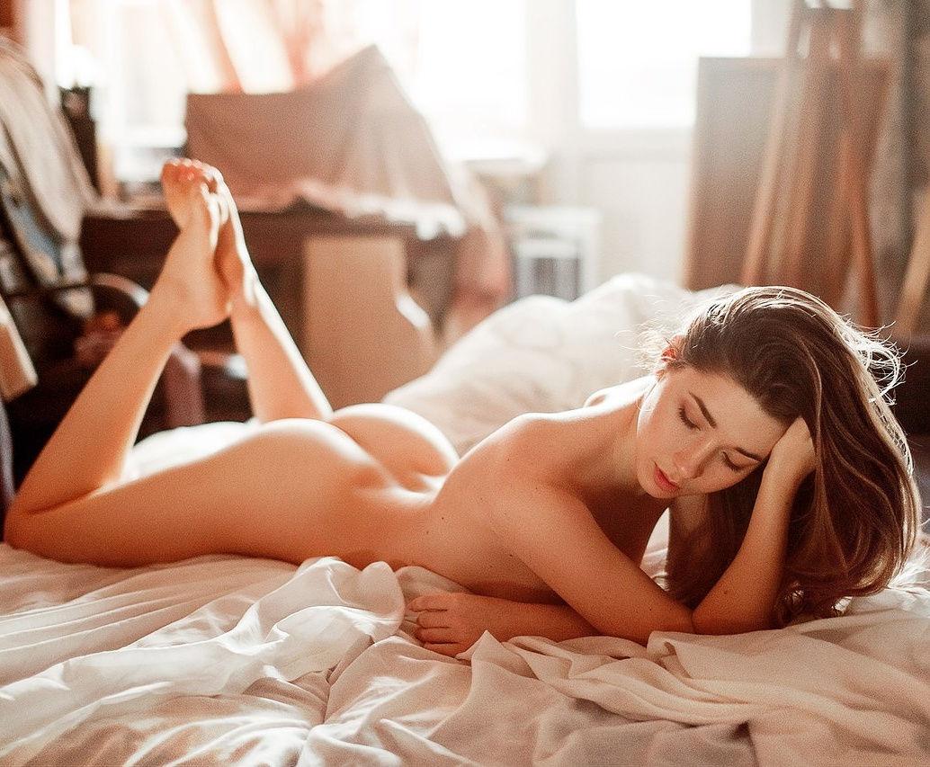 Лицо блондинке картинка задумчивая девушка в постели обнаженная