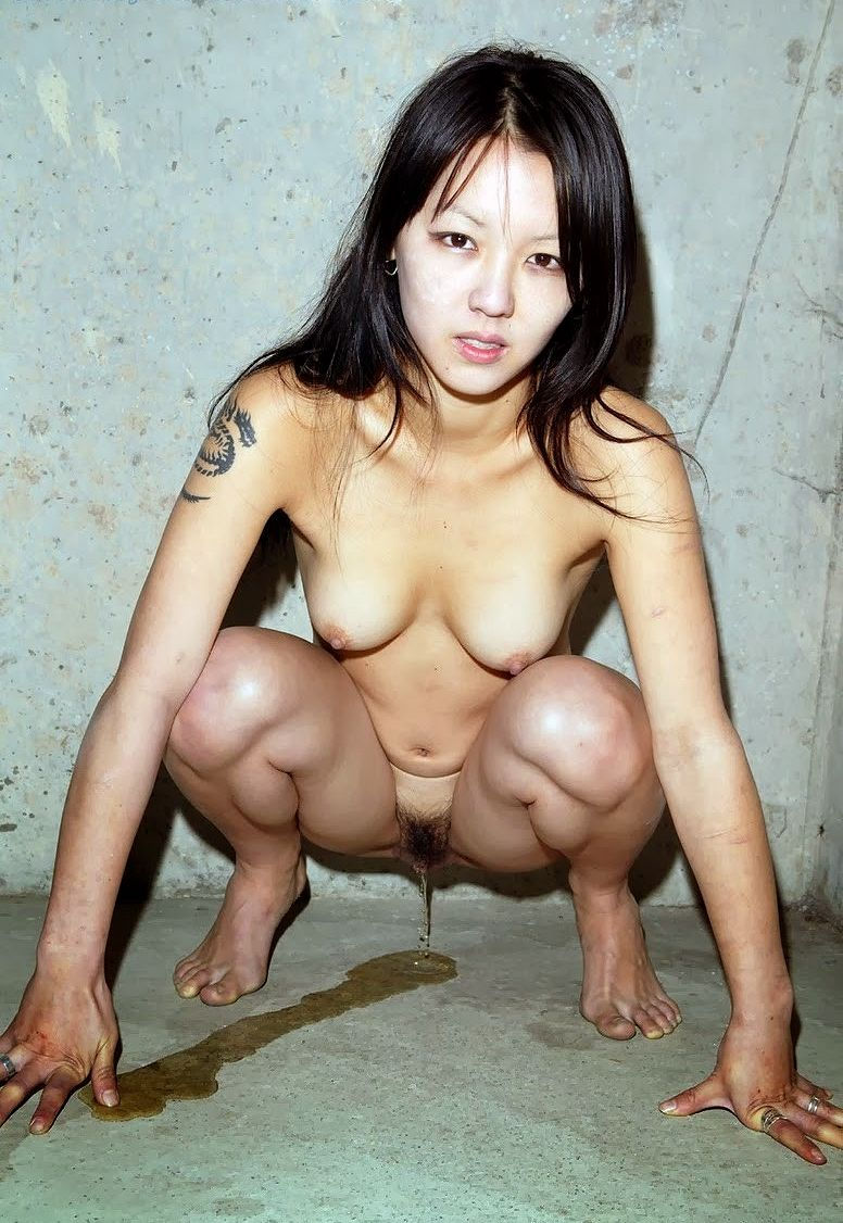Young naked asian chick peeing