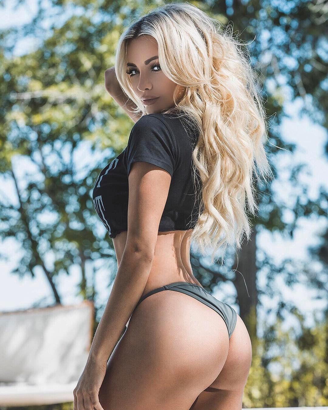 Горячая блондинка с сочной задницей раздвинула ноги перед кавалером и принимает пенис в щель