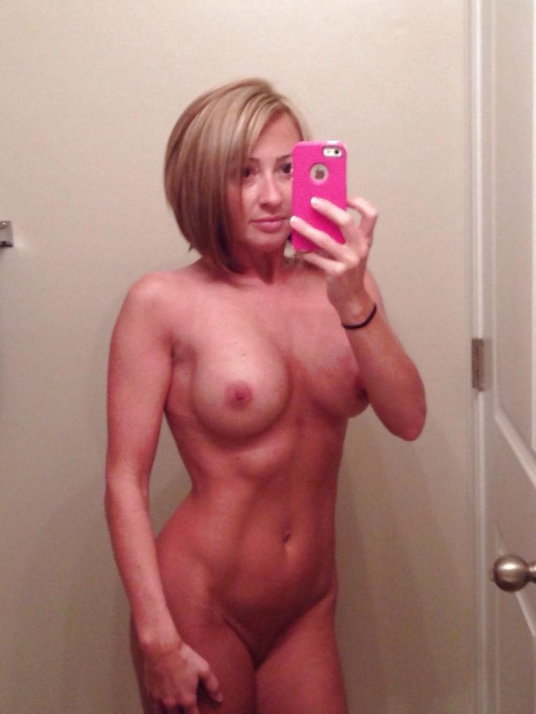 Athletic MILF lady mirror selfie