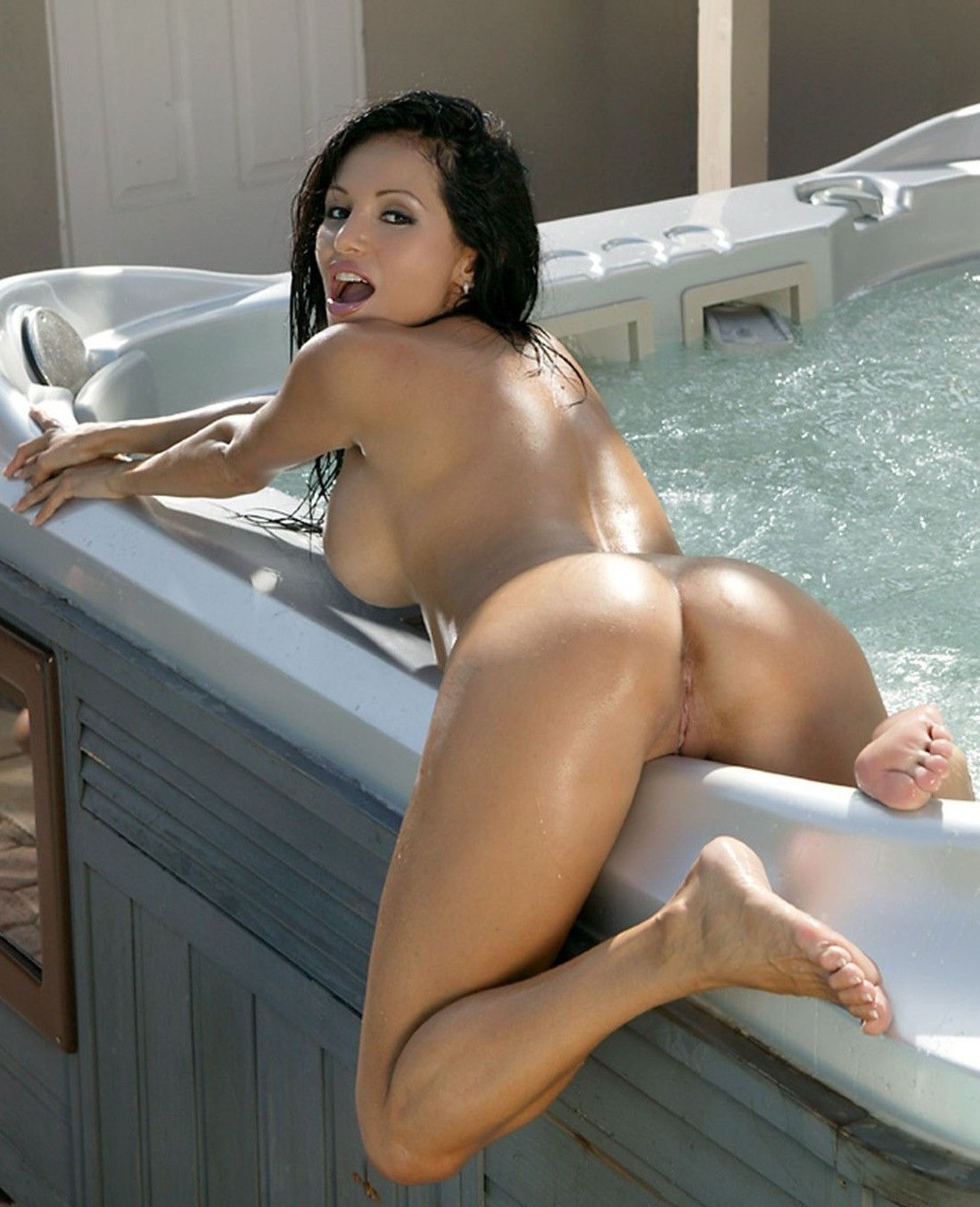 Love to have that in my house…both the chick & the jacuzzi…😉😈