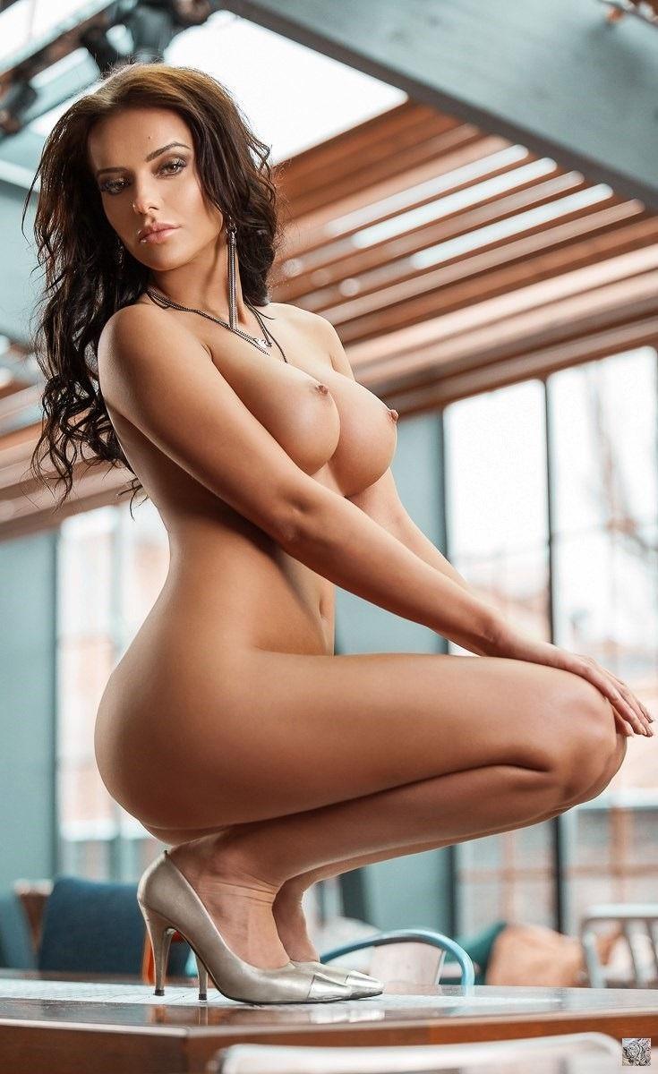 Hot looking woman..😙
