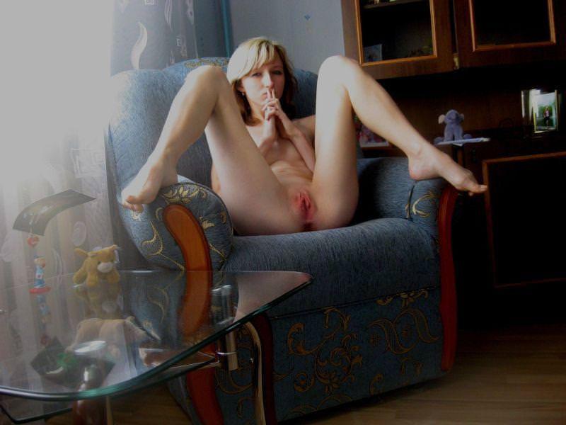 Naga polka z fajną cipką rozkłada szeroko nogi