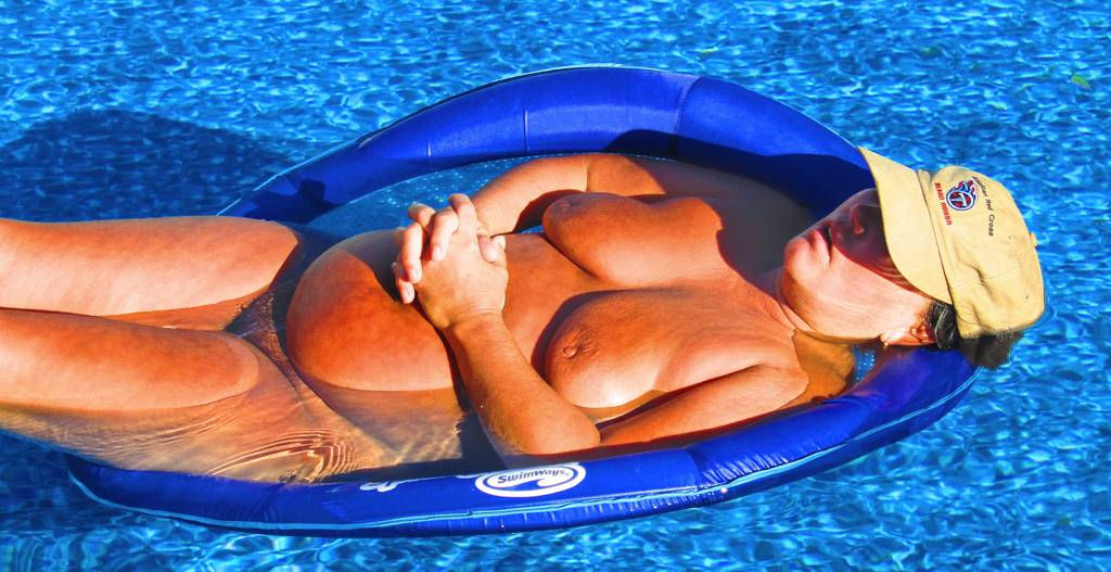 Mature slut exposed in the pool – Img 6024