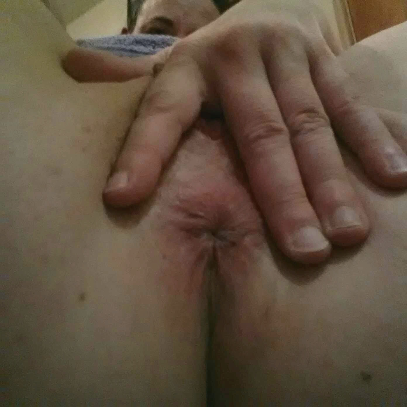 Linda absolutely loves her asshole and pussy photographed. The closer the better
