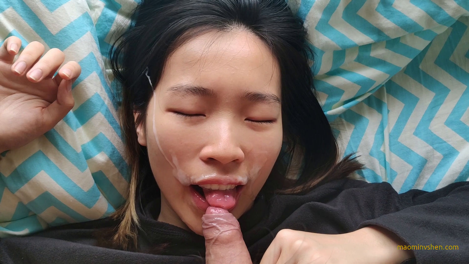 Sexy Chinese gives blowjob to her boyfriend and takes a facial