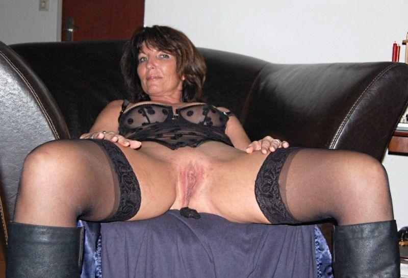 Starsza brunetka szeroko rozchyla nogi
