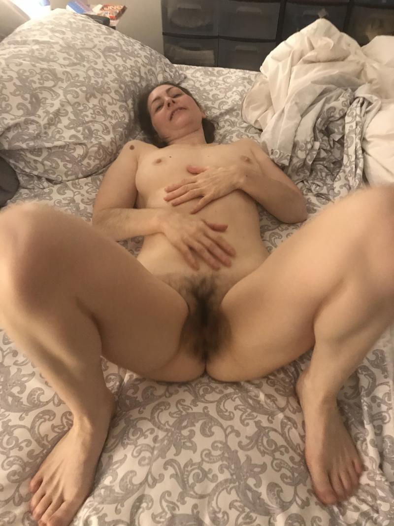 Amateur MILF releases her really hairy bush