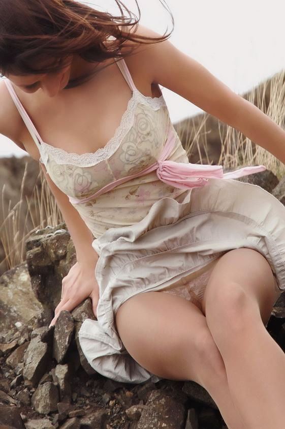 Intentional upskirt in public – flashing in pantyhose