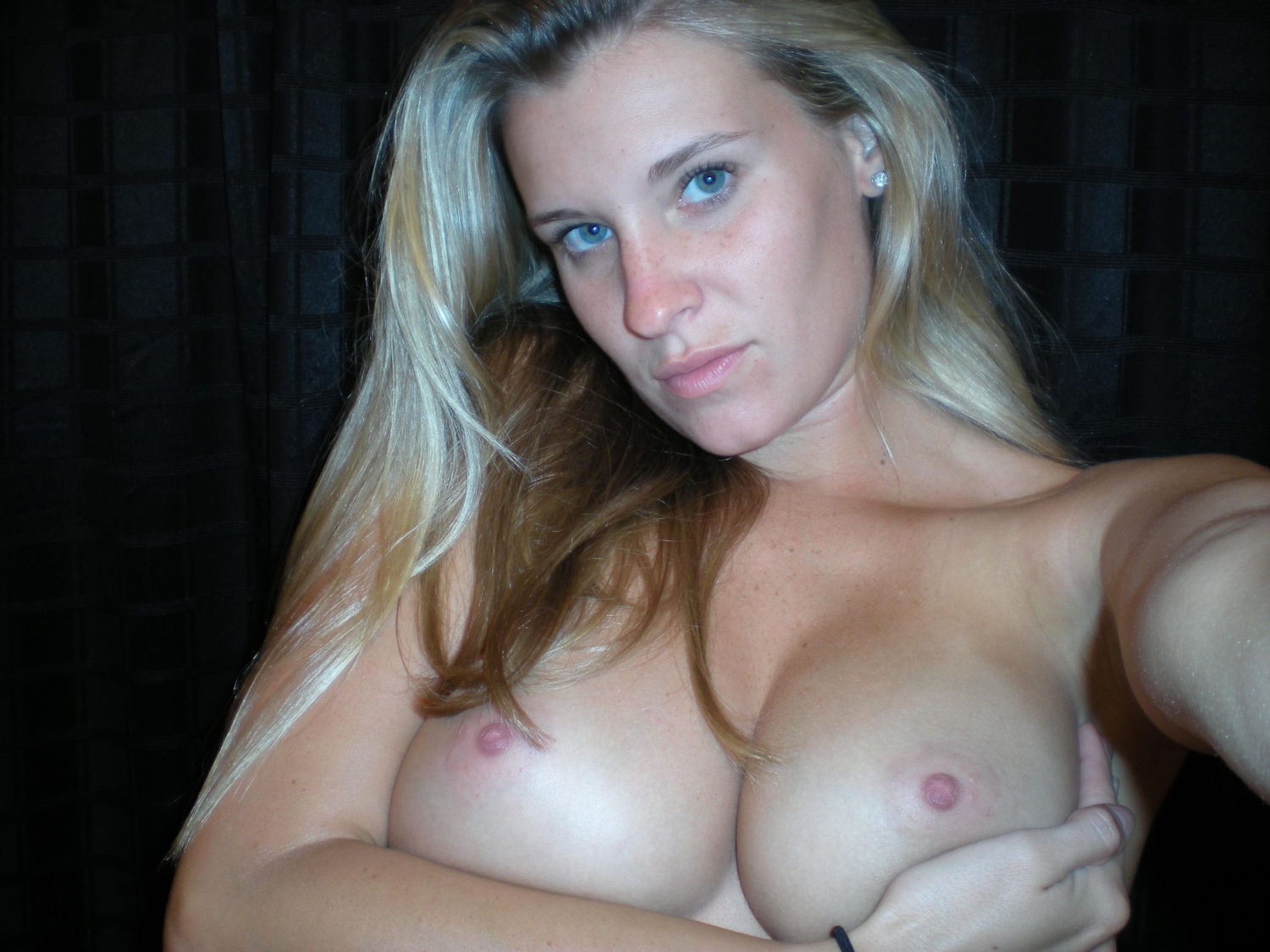 Busty lady exposing her perfect boobs and picturing herself