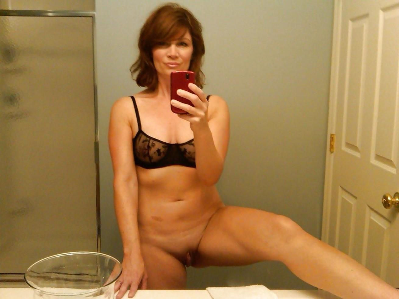Mature babe takes pussy selfie in the bathroom mirror