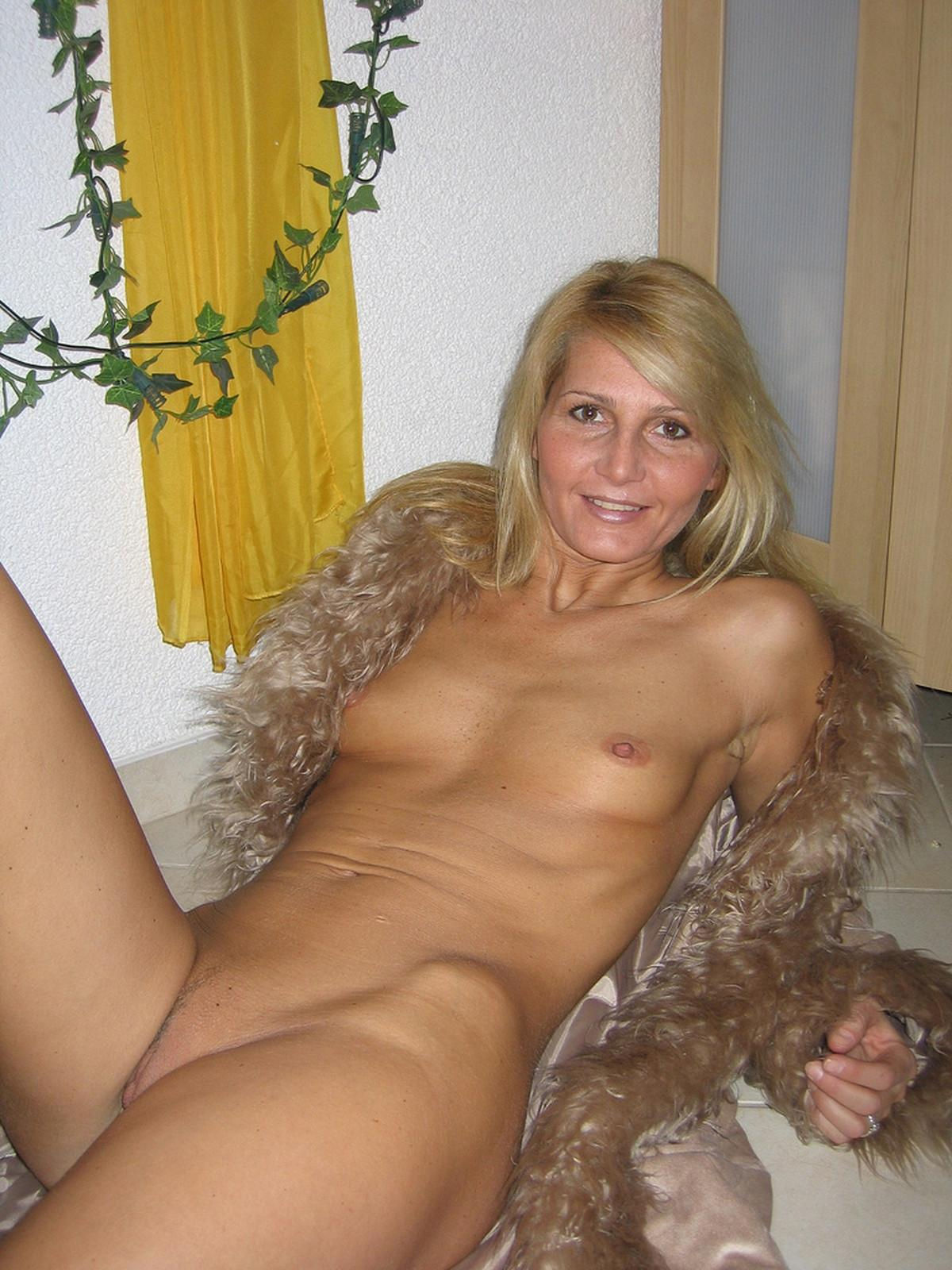 Ripe wife lets you see her perfect body when she is lying on the floor