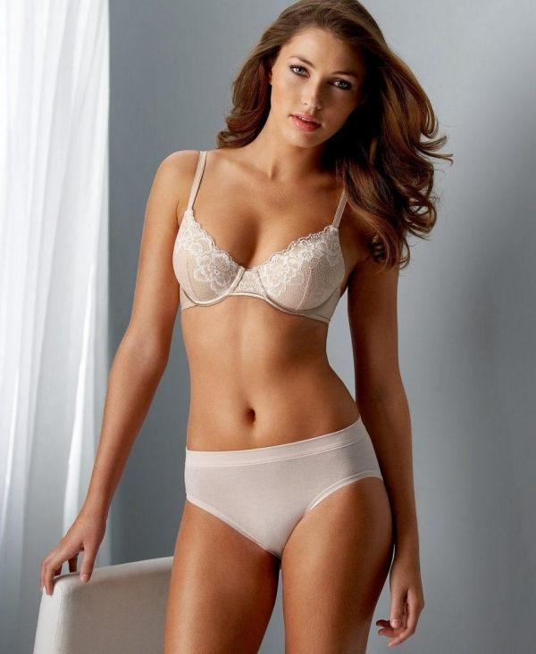Name: Simone Villas Boas, Profession: Fashion Model, Ethnicity: Latina, Nationality: Brazil, Pla ...