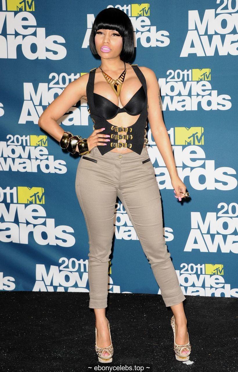 Nicki Minaj shows deep sexy cleavage at MTV Movie Awards